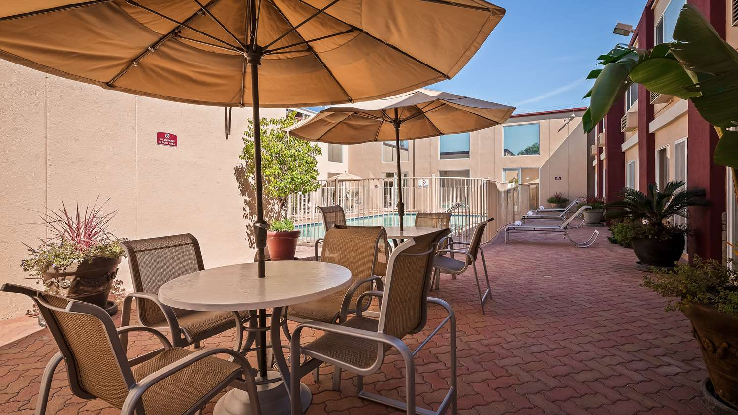 Best Western Canoga Park Patio with two tables and umbrellas